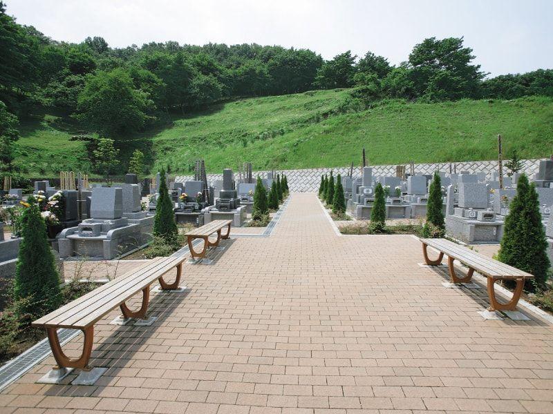 厚木森の里霊園 広い参道に設置されたベンチ
