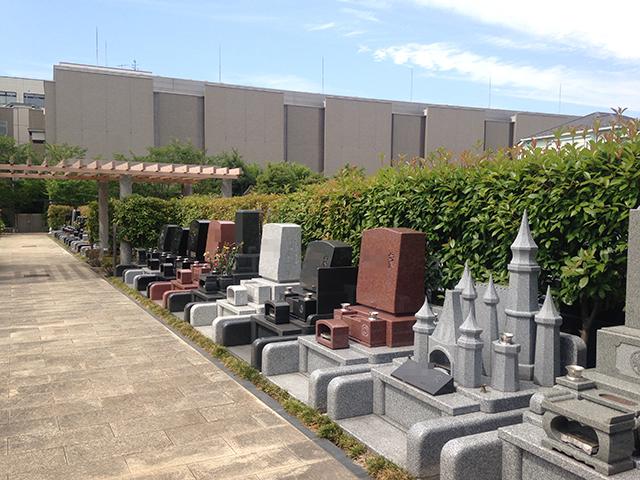 上石神井霊園 様々な種類の墓石が並ぶ墓域