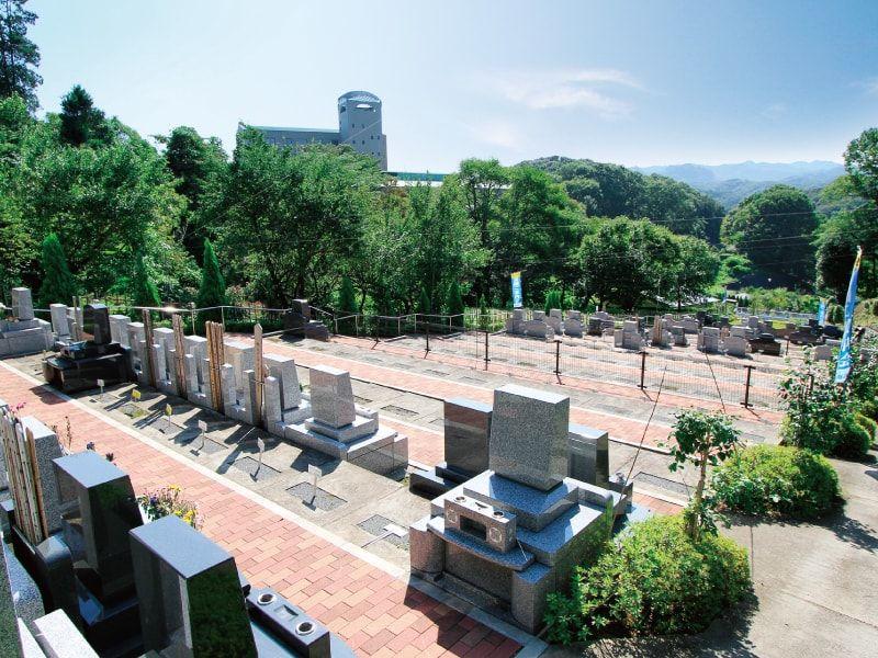 武蔵岡霊園 日当たりが良く明るい霊園風景
