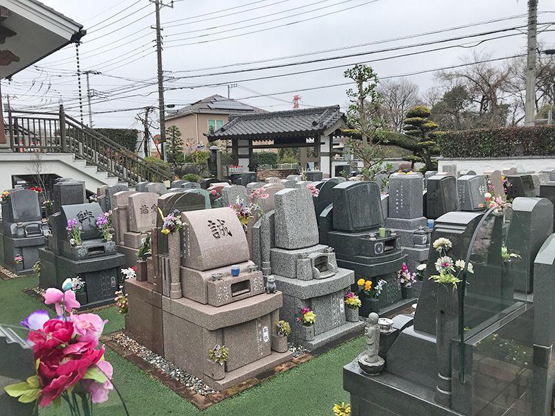 セントレア新座 花が添えられた墓石