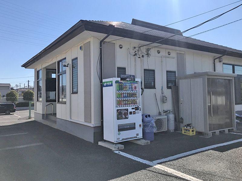 越谷中央霊園 自動販売機が設置された管理棟