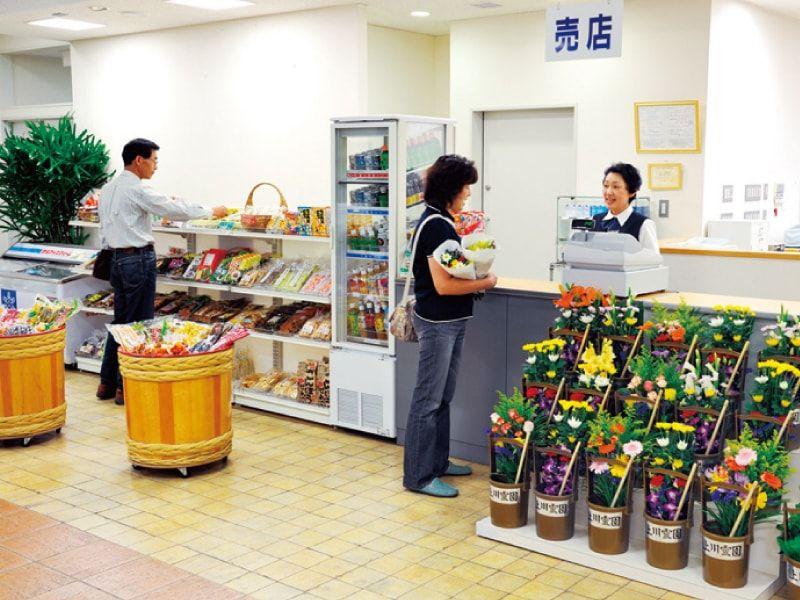 八王子上川霊園の供花がある売店