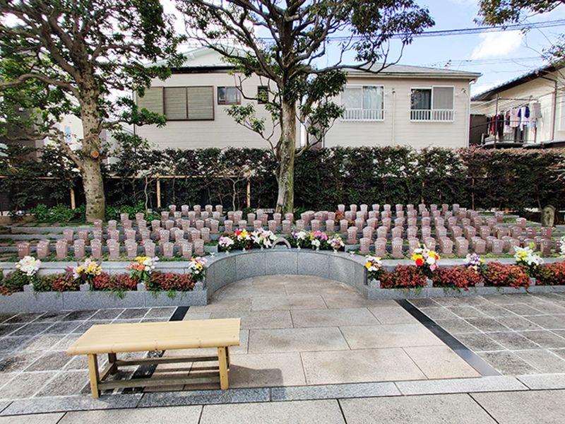 聖徳寺 しらはた浄苑 永代供養墓・樹木葬 樹木墓前にあるベンチ