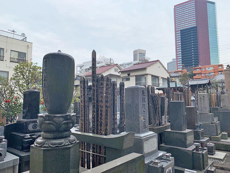 御田いずみ霊園 様々な墓石が並ぶ墓域