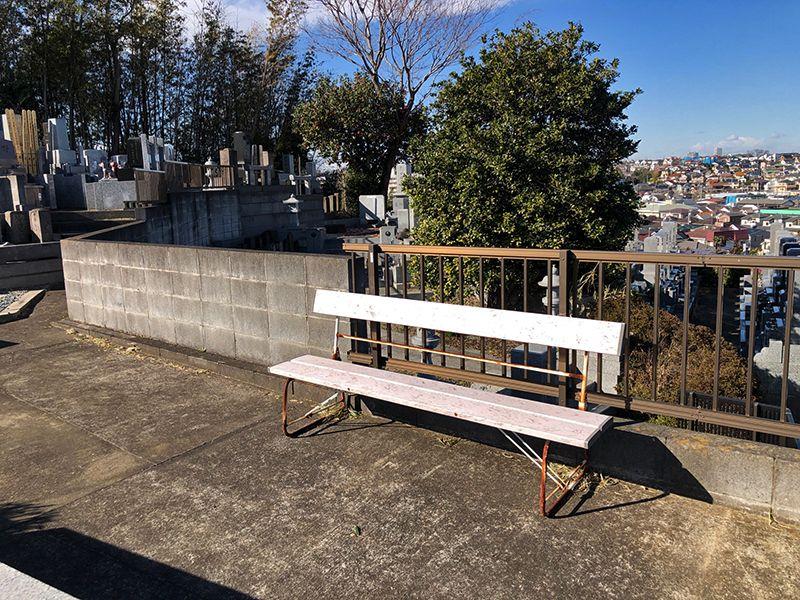 橘聖地第二霊園 休憩用に設営されたベンチ
