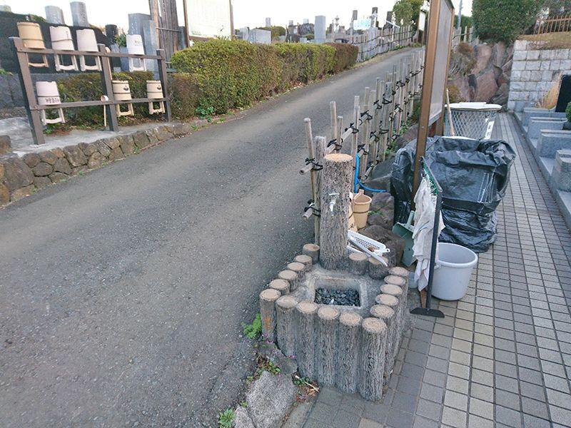 茅ヶ崎公園墓地 桶置き場と水場