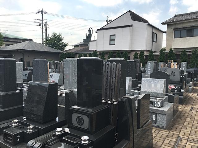 竹の塚霊園 様々な種類の墓石が並ぶ墓域