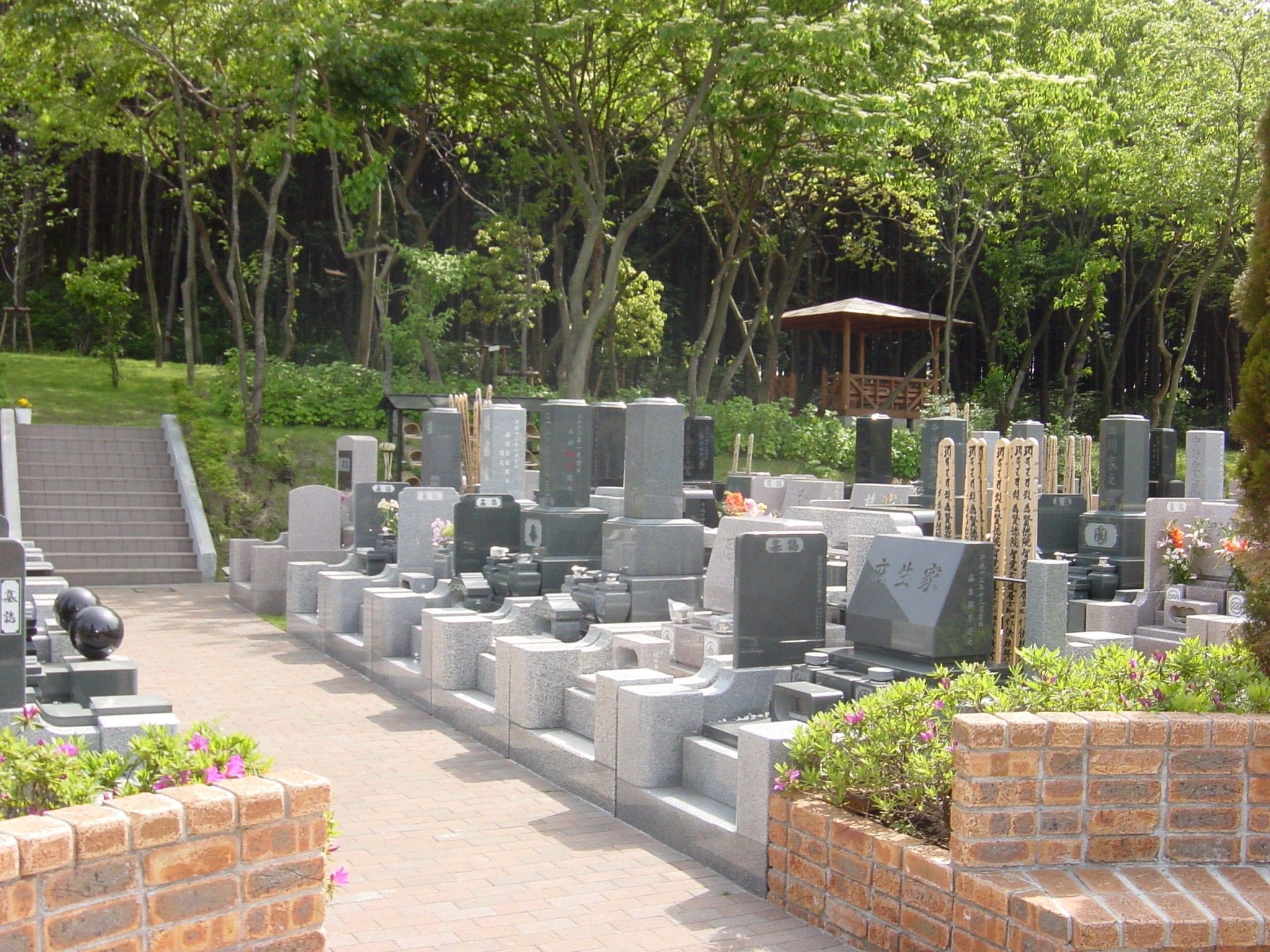 横浜浄苑ふれあいの杜 様々なデザインの墓石が並ぶ墓域