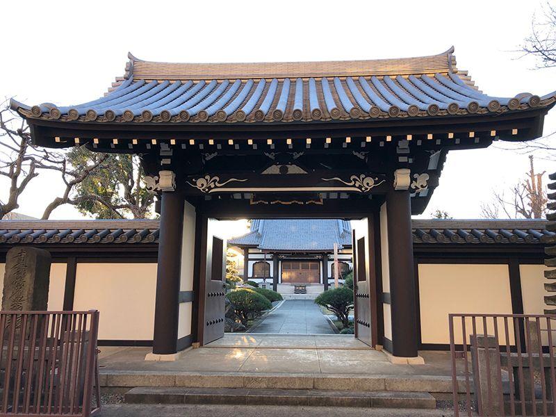 平等山 法田寺墓苑 山門と奥に見える本堂