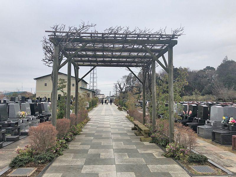 八千代悠久の郷霊園 永代供養墓 参道に設置されたパーゴラ