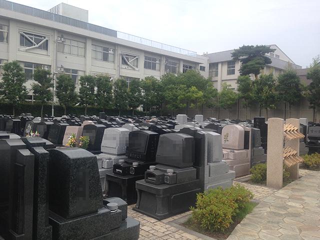 調布霊園 様々な墓石が混在