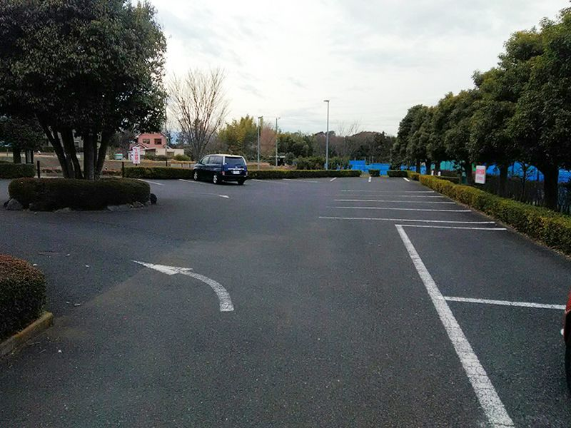 湘南泉霊園 緑に囲まれた駐車場