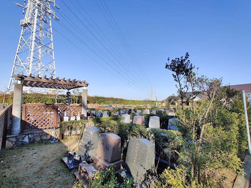 東戸塚メモリアルパーク 緑に囲まれた墓石