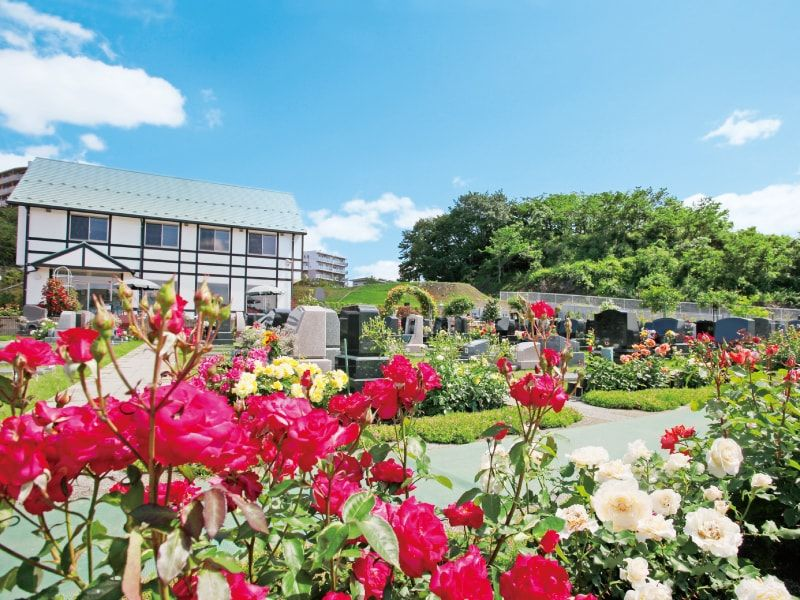 メモリアルパーク花の郷墓苑 厚木宮の里 たくさんのバラが咲く園内