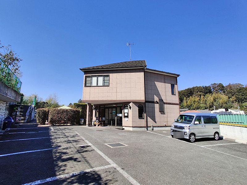横浜セントヒル霊園 管理棟の外観・駐車場