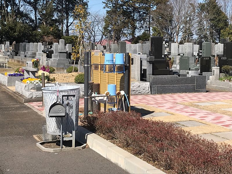 八千代島田台霊園 墓域に設置された手桶置き場やゴミ箱