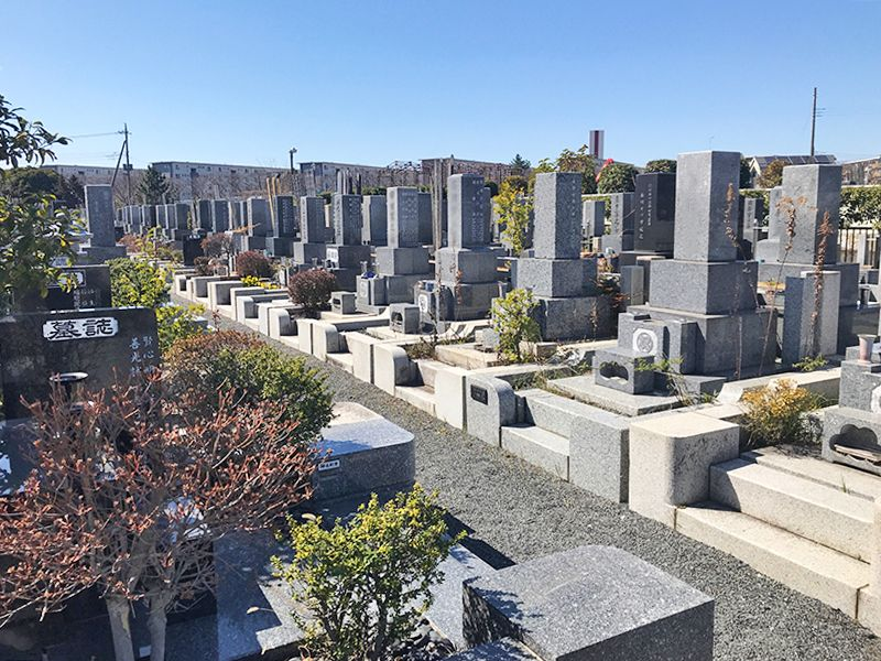 越谷霊廟 植栽が添えられた墓石