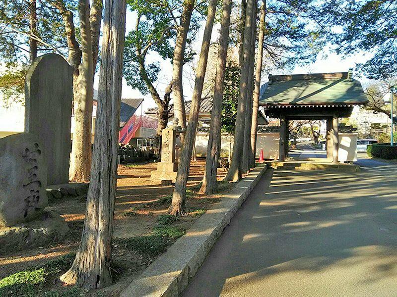 つつじ霊園 並木道横にある石碑