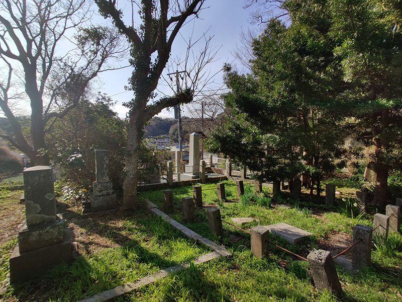 佐助共同墓地 木々に囲まれた共同墓地