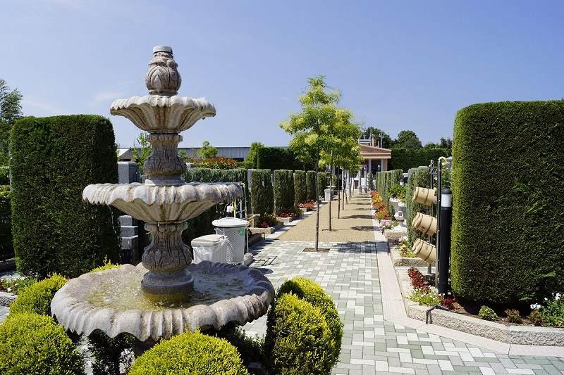 美原東ロイヤルメモリアルパーク 噴水や植栽のある参道