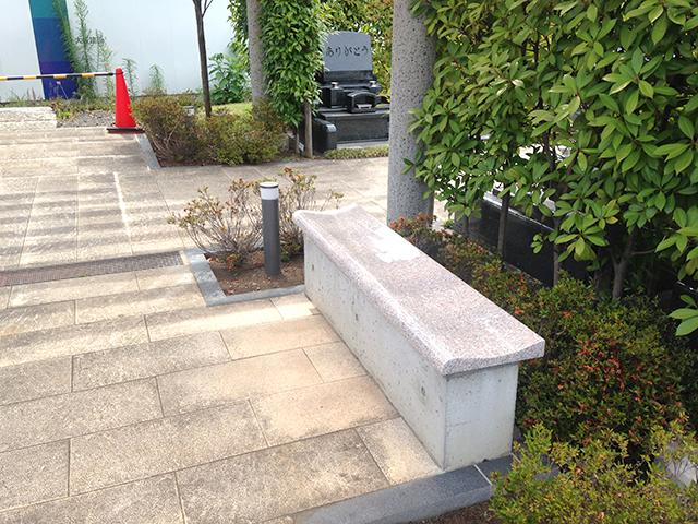 上石神井霊園 参道に設置されたベンチ
