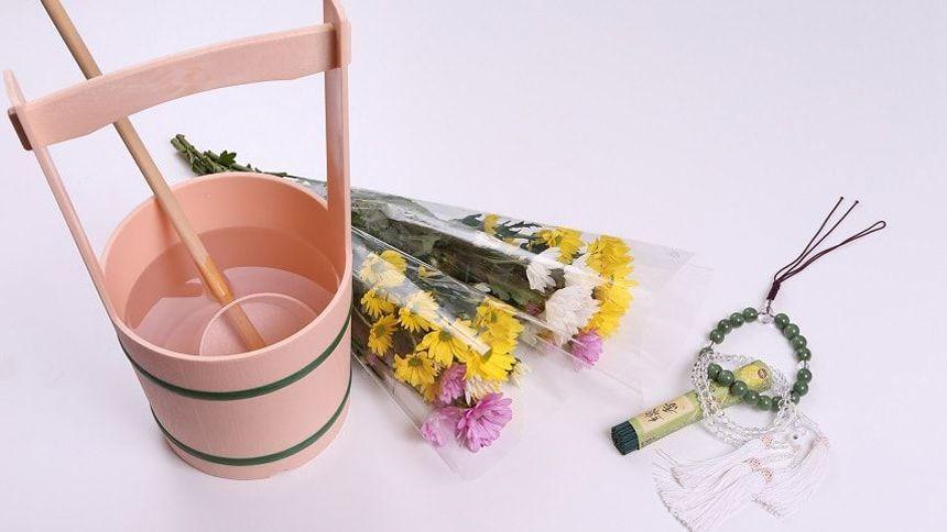 手桶や柄杓、数珠や仏花
