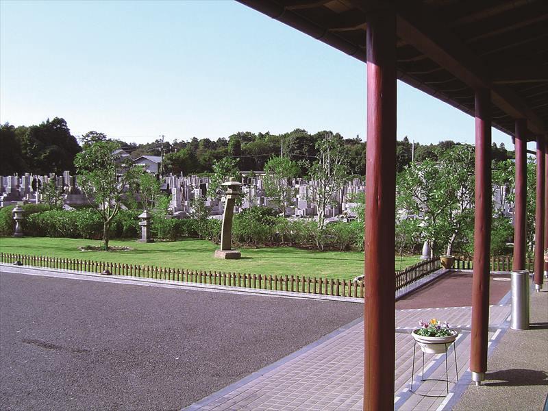 船橋森林霊園 様々な灯篭が設置された庭