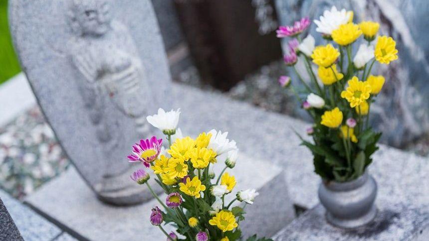 供花が備えられている地蔵