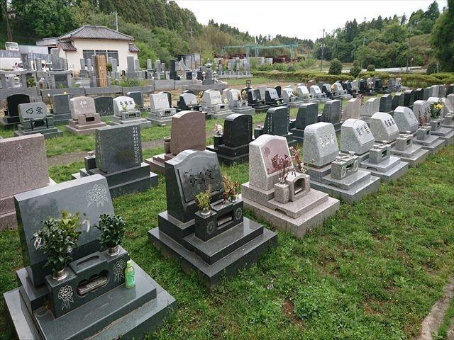 中野霊園 芝生上にゆったりと建立された洋型墓石