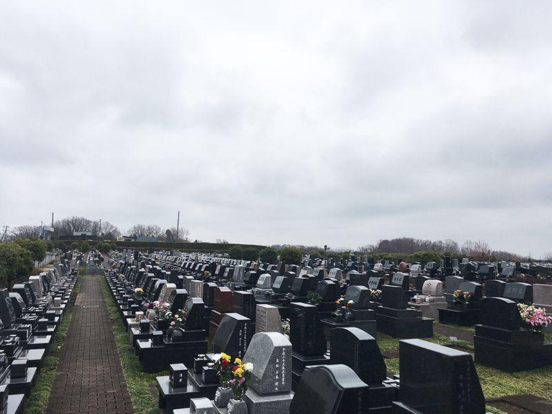 南大沢バードヒルズ 様々なデザインの墓石が並ぶ墓域