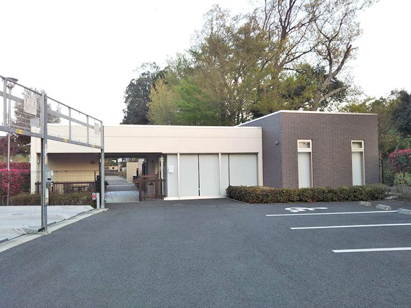 川口光輪メモリアル 永代供養墓「光」 駐車場の隣にある管理棟