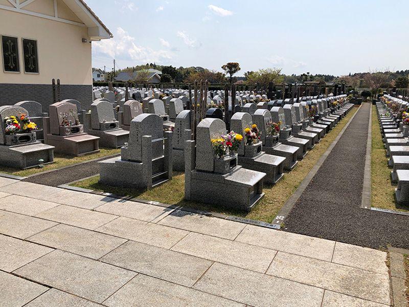 香華院第2千葉東霊苑 お花が供えられた洋型墓石