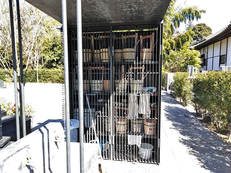川口草加霊園 はじまりの杜 格子戸に入った手桶