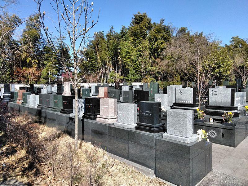 川口草加霊園 はじまりの杜 様々な色の墓石