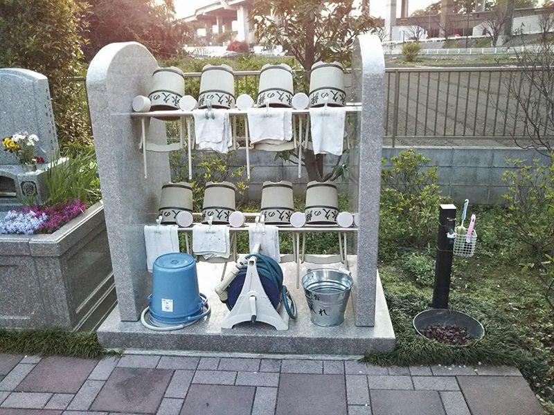 川口 永久の絆 参拝・掃除用具置き場と水汲み場