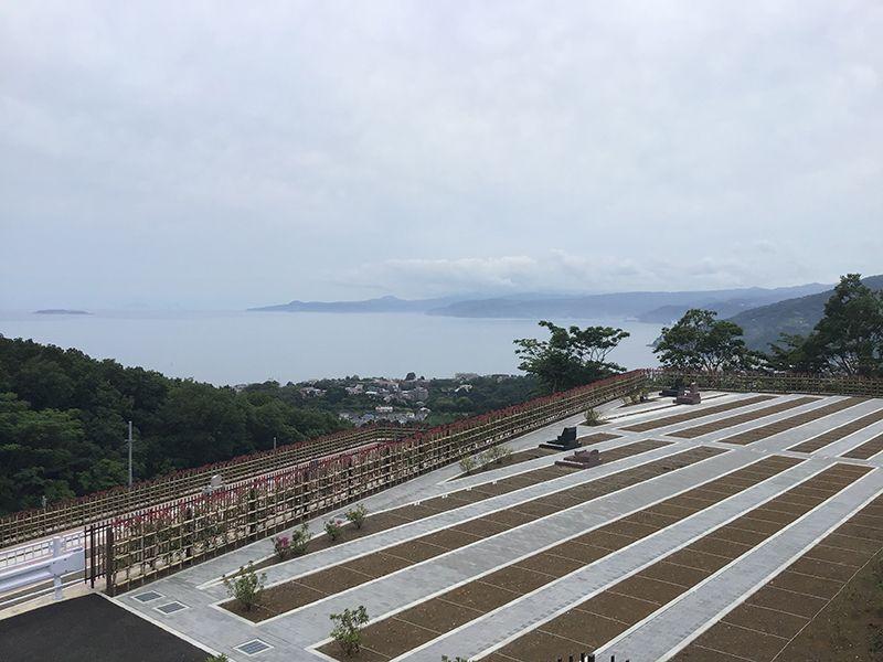 空と海 新・吉祥公園墓地 平坦に整備された参道