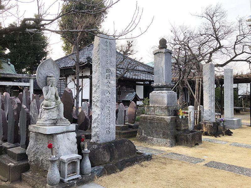 善應寺まほろばの庵 永代供養墓「足立祖房」 園内にある観音像と石碑