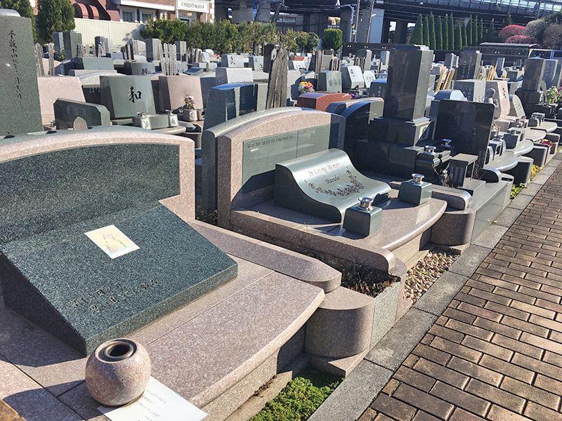 メモリアルガーデン調布 永代供養墓「悠久の丘」 様々な墓石が並ぶ墓域