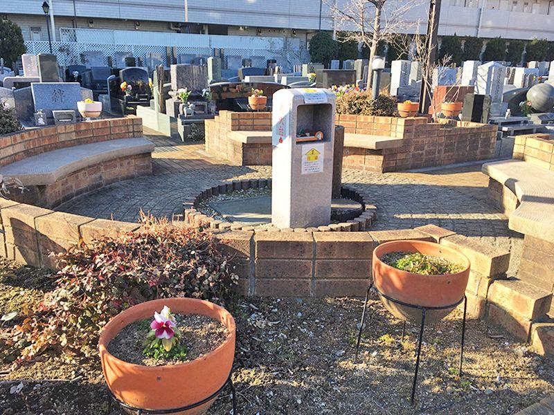 メモリアルガーデン調布 永代供養墓「悠久の丘」 墓域内花壇と休憩ベンチ