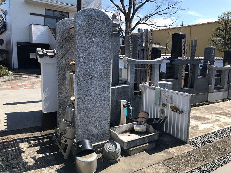 メモリアルガーデン新里 水場には桶や掃除用具を完備