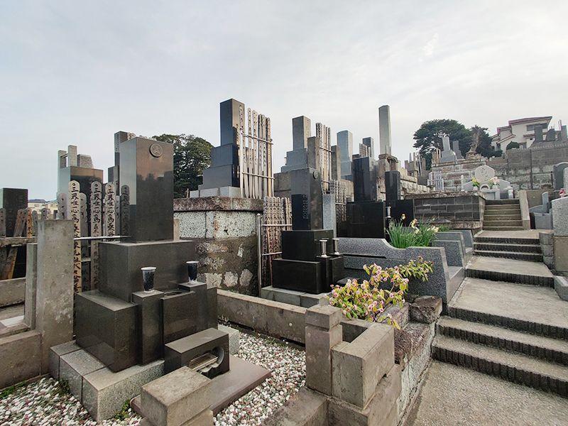 磯子の丘 段差を利用した整理された墓域
