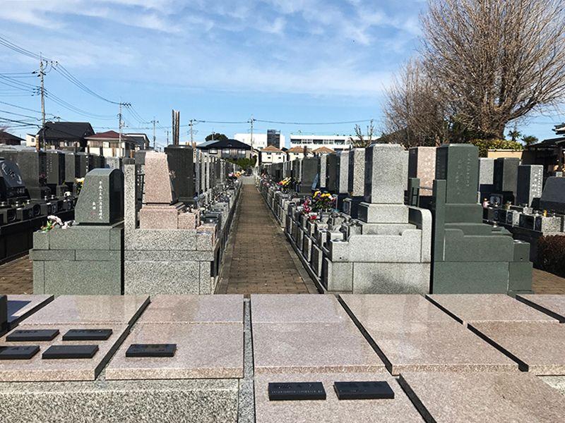 彩の都メモリアルパーク 様々な墓石が混在