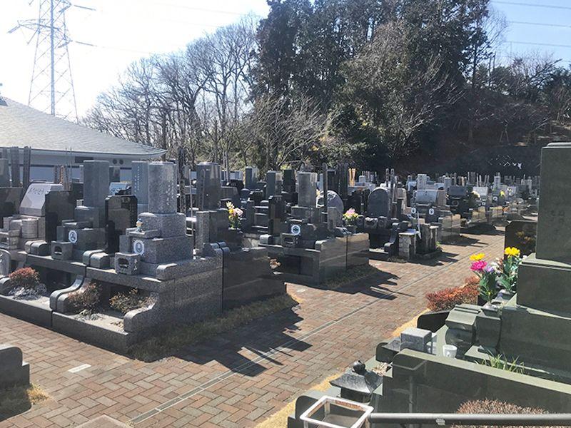 緑山霊園 合掌の杜 和・洋型の墓石が混在する墓域
