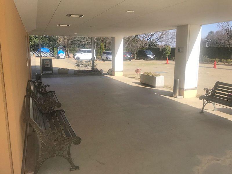恩田の杜霊園 日陰に設置されたベンチ