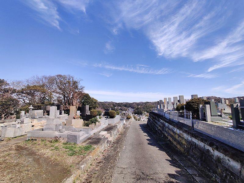 材木座霊園 広い参道から望める自然豊かな墓域