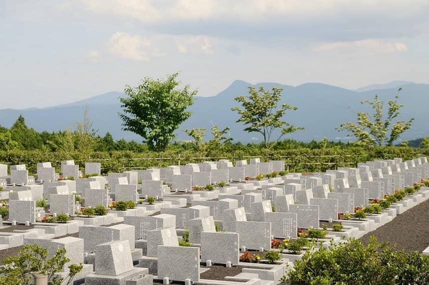 洋型墓石の並ぶ霊園