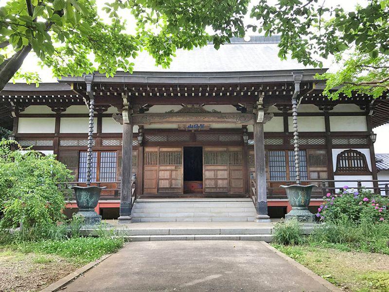 西光寺 のうこつぼ 緑が彩る本堂