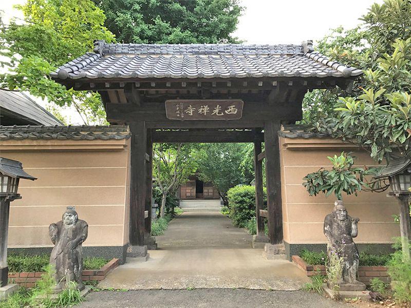 西光寺 のうこつぼ 清潔感がある山門