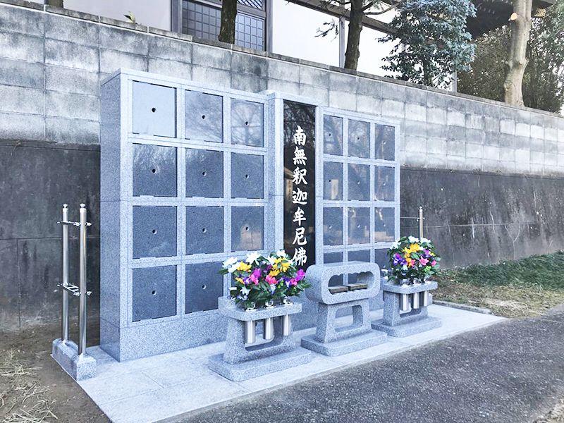 西光寺 のうこつぼ 花が添えられた献花台