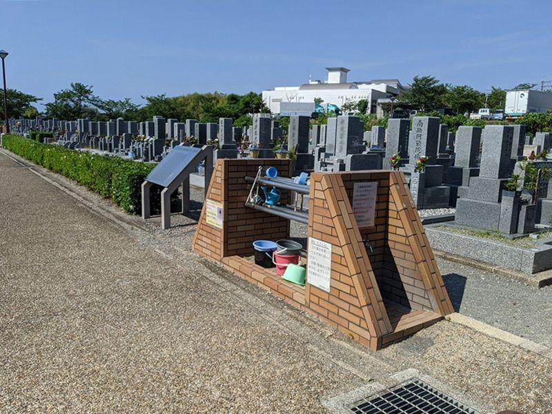 泉佐野市公園墓地 掃除用具を完備した水場